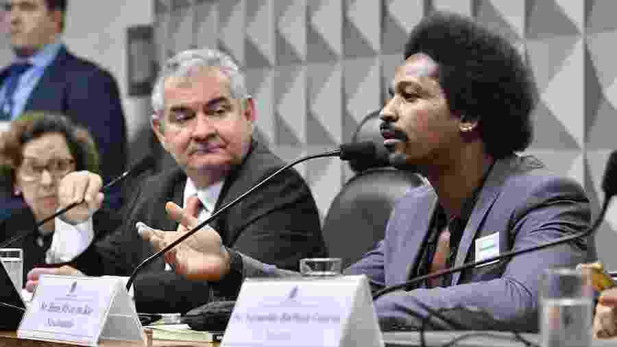 Ex-funcionário de empresa de disparos em massa, Hans Nascimento (à dir.) presta depoimento nesta terça (11) na CPMI das Fake News - Jane de Araújo/Agência Senado