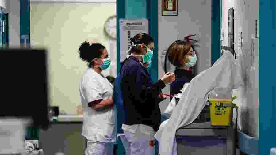 Médicos e enfermeiros trabalham no Hospital Santo Spirito, na Itália, no combate ao coronavírus. Depois da China, país foi o mais afetado por mortes e contaminações - Cecilia Fabiano/LaPresse/Dia Esportivo/Estadão Conteúdo