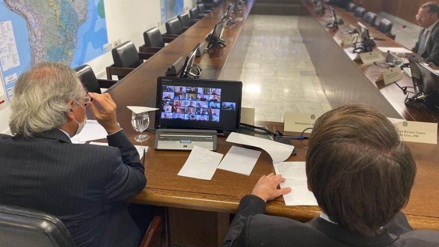 Bolsonaro durante teleconferência ao lado de Paulo Guedes - Divulgação
