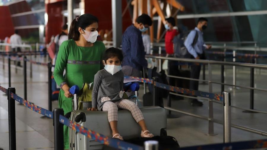 25.mai.2020 - Passageiros usam máscaras durante reabertura do Aeroporto Internacional Indira Gandhi, na Índia - Anadolu Agency via Getty Images