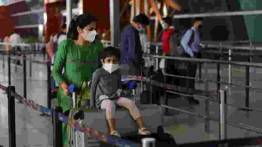 25.mai.2020 - Passageiros usando máscaras durante a reabertura do Aeroporto Internacional Indira Gandhi, na Índia - Anadolu Agency via Getty Images