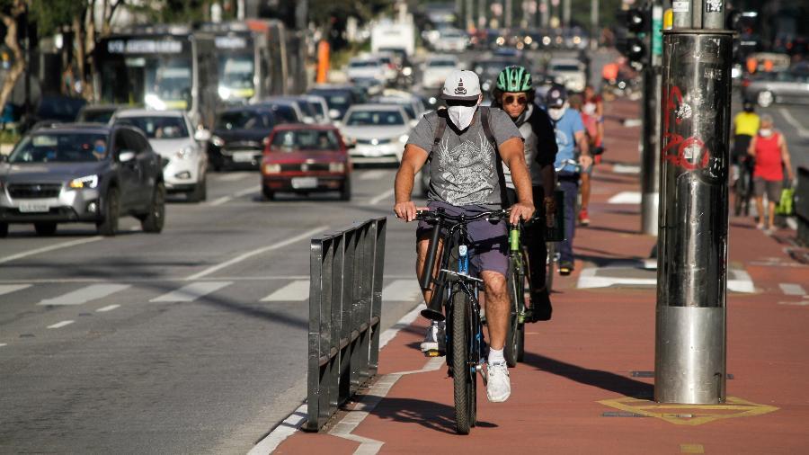 Ciclistas na região da Avenida Paulista, em São Paulo: adesão cresceu em meio à pandemia - FÁBIO VIEIRA/FOTORUA/ESTADÃO CONTEÚDO