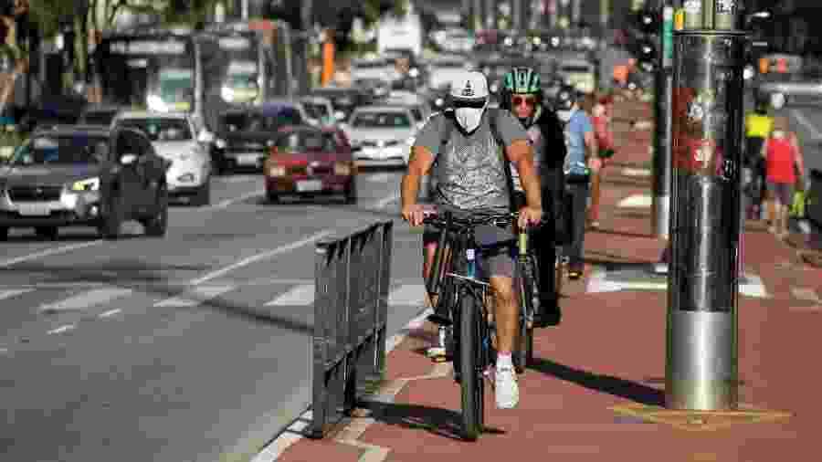 Ciclistas usam máscaras na região da Avenida Paulista, em São Paulo - FÁBIO VIEIRA/FOTORUA/ESTADÃO CONTEÚDO