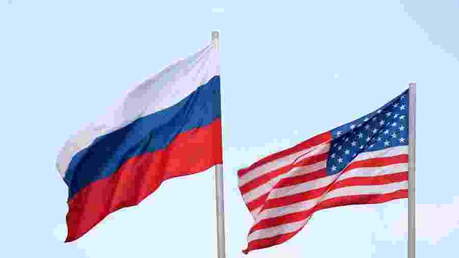 Bandeiras da Rússia e dos Estados Unidos - Getty Images