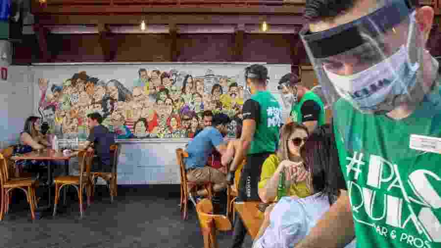 Garçom limpa mesas em O Pasquim, bar tradicional na esquina das ruas Aspicuelta e Fradique Coutinho, na Vila Madalena - Daniel Teixeira/Estadão Conteúdo