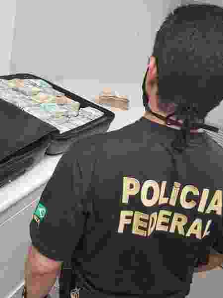 Polícia Federal estima que a mala continha mais de meio milhão de reais, em notas de R$ 50 e R$ 100 - Divulgação / Polícia Federal de Alagoas
