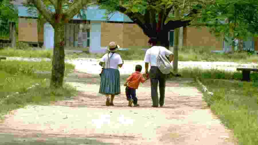 Luis Fermín Tenorio Cortez (ao centro) foi a última criança vítima do poliovírus selvagem em todo o continente americano - Armando Waak/OPS