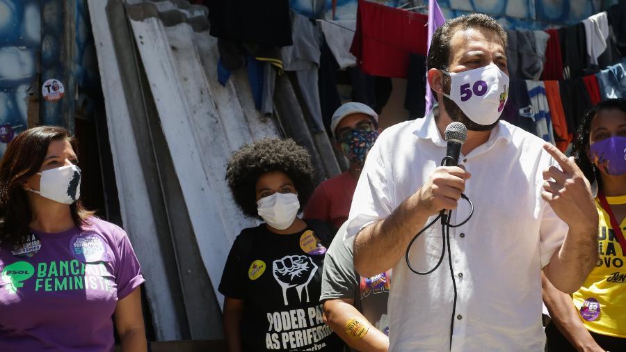 28 out. 2020 - Guilherme Boulos (Psol) faz campanha na comunidade Vietnã, zona sul da cidade de São Paulo - ALICE VERGUEIRO/ESTADÃO CONTEÚDO