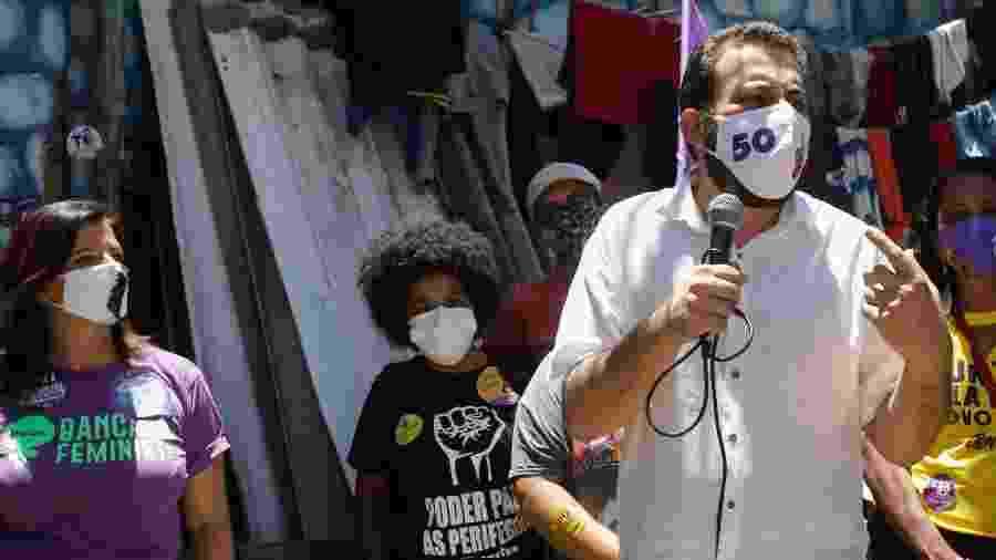 28 out. 2020 - Guilherme Boulos (Psol) visita a comunidade Vietnã, na rua Franklin Magalhães, na Vila Santa Catarina, zona sul da cidade de São Paulo - ALICE VERGUEIRO/ESTADÃO CONTEÚDO