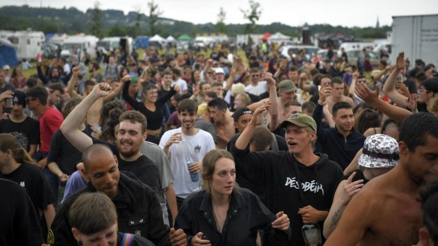 Mais de 1.500 pessoas participaram de uma rave ilegal em Redon, na França. Participantes entraram em confronto com a polícia e houve feridos - Loic Venance/AFP
