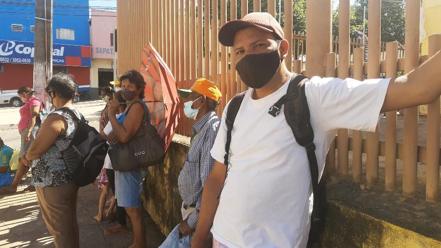 Luciano André Barros Alves espera sua vez para levar um pacote de ossos bovinos para casa - Bruna Barbosa Pereira/UOL