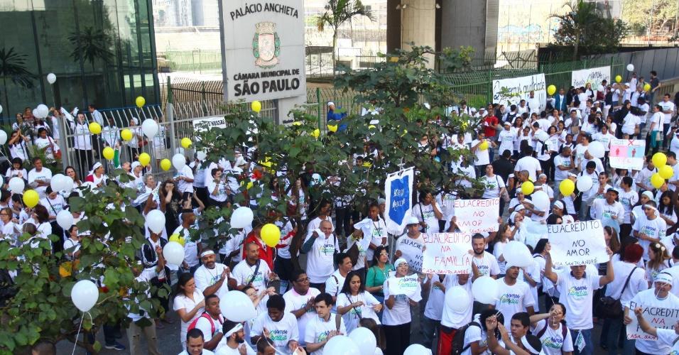 11.ago.2015 - Manifestantes contrários e a favor da inclusão das identidades de gênero ao PME (Plano Municipal da Educação), que será votado na tarde desta terça-feira, protestam em frente à Câmara Municipal de São Paulo (SP)