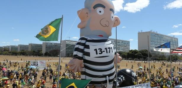Boneco inflável de Lula é colocado na Esplanada dos Ministérios - Alan Marques/Folhapress
