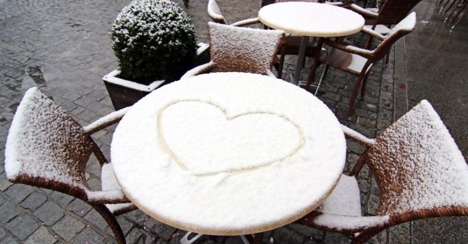 14.out.2015 - Primeira neve registrada na Alemanha, no outono de 2015, cobre mesas de um café em Wernigerode, na região de Harz no centro do país