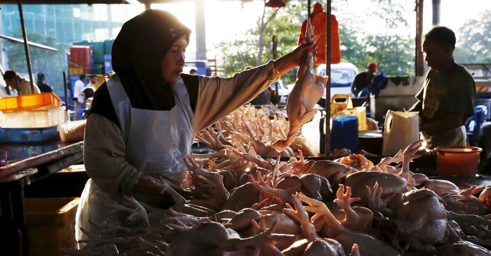 7.jan.2015 - Comerciante expõe frangos a venda em mercado de Kuala Lumpur (Malásia)