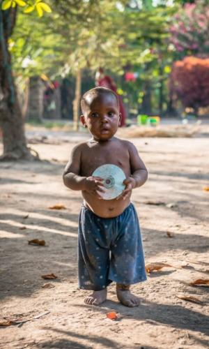 """12.jan.2016 - """"Cada um com seus brinquedos"""", disse fotógrafo romeno Vlad Cioplea ao comentar esta imagem, que faz parte de um ensaio feito em outubro do ano passado pelo fotógrafo romeno Vlad Cioplea durante expedição à Tanzânia. Cioplea passou 20 dias no local e registrou o cotidiano de três tribos locais isoladas: Masai, Bushman e Tatoga"""