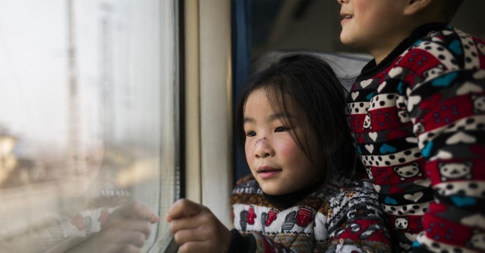 29.jan.2016 - Crianças aguardam partida de trem em Pequim. Autoridades chinesas esperam que 2,9 bilhões de viagens sejam realizadas para as comemoração do Ano-Novo chinês.