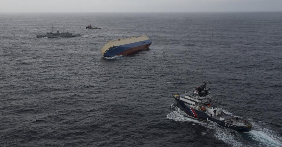 """29. jan. 2016 - Navio cargueiro """"Modern Express"""" de bandeira panamenha encontra-se tombado em um ângulo entre 40 e 50 graus na costa francesa. Uma operação de reboque será realizada nesta segunda feira para evitar que o navio a deriva se choque com a costa."""