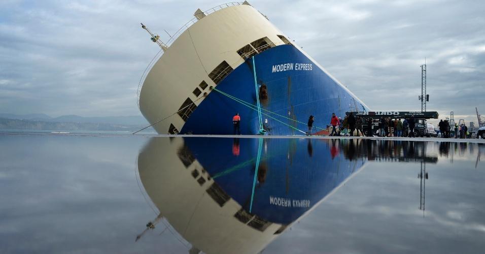 4.fev.2016 - O cargueiro Modern Express tem imagem refletida na água em uma doca no porto de Bilbao, no norte da Espanha. A embarcação de 164 metros, que transportava 3,6 toneladas de madeira e máquinas de construção, foi rebocada para o porto depois de passar seis dias à deriva no Golfo de Biscaia que ameaçava atingir a costa do país