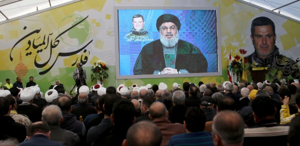 Partidários do Hezbollah ouvem o líder do movimento, Hassan Nasrallah, em Insar
