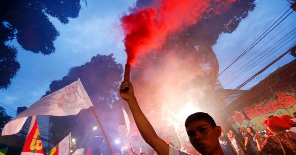 18.mar.2015 - Jovem ergue um sinalizador durante protesto a favor da democracia e contra o impeachment da presidente Dilma Rousseff, em Belém (PA)