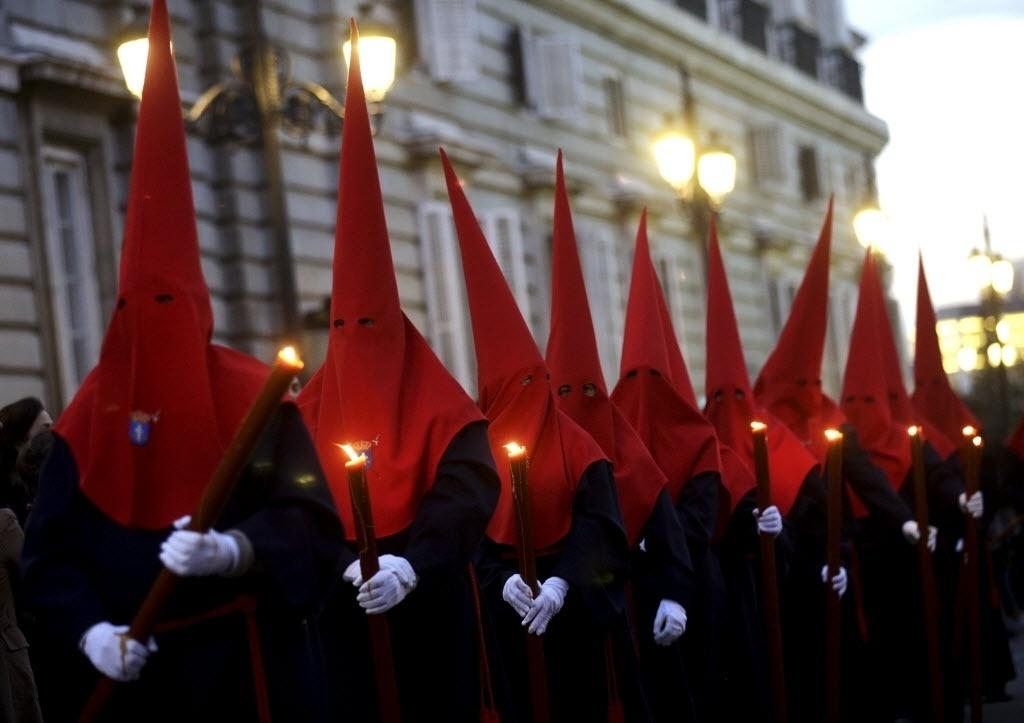 25.mar.2016 - Em Madri, na Espanha, fiéis usam trajes típicos para participar da procissão que celebra a Semana Santa