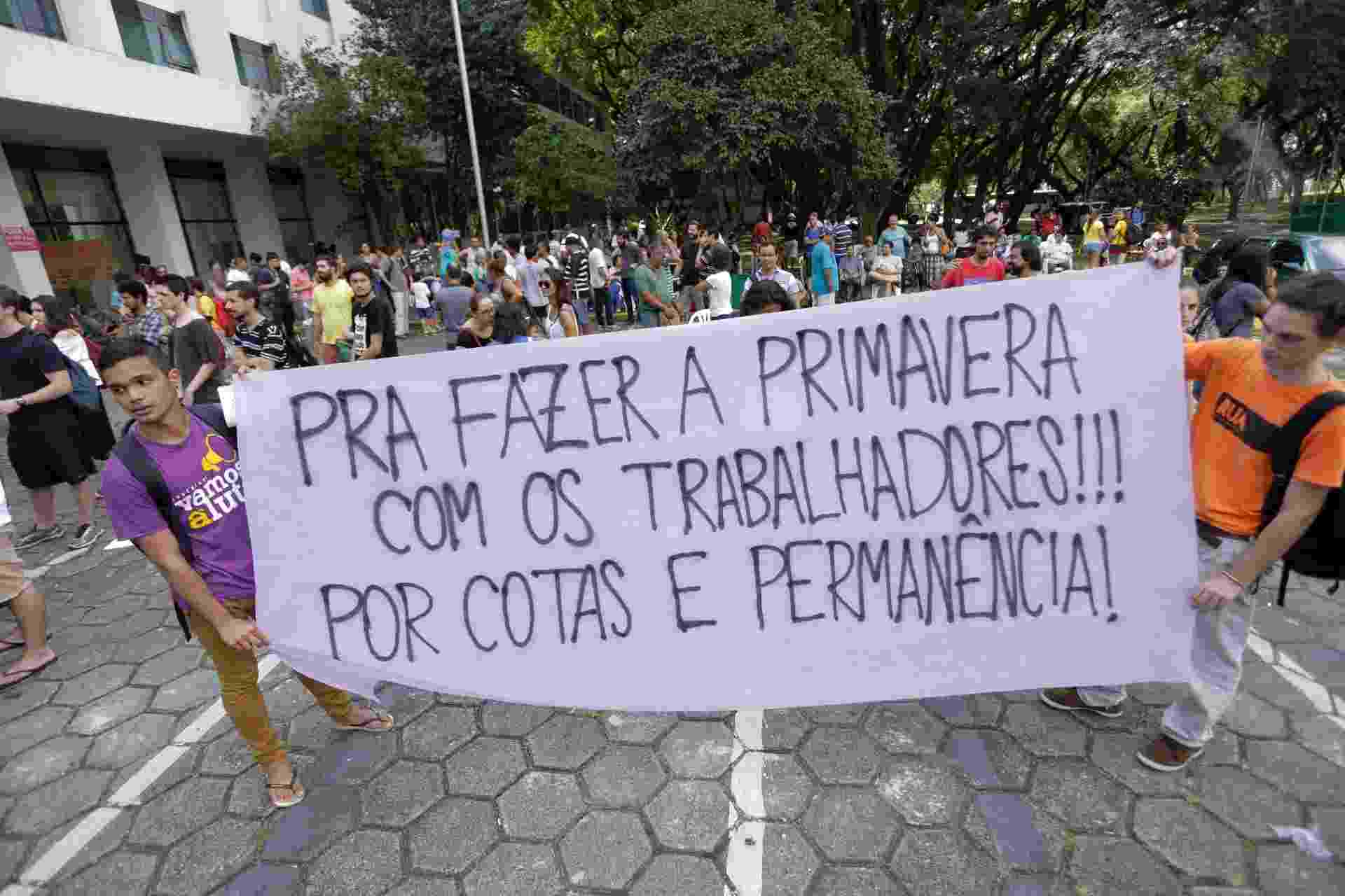 31.mar.2016 - Funcionários e estudantes da USP protestam contra o desmonte da universidade na manhã desta quinta-feira (31) - Newton Menezes/Futura Press/Estadão Conteúdo