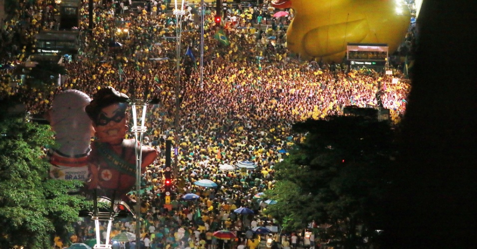17.abr.2016 - Manifestantes a favor do impeachment da presidente Dilma Rousseff lotam avenida Paulista, na região central de São Paulo