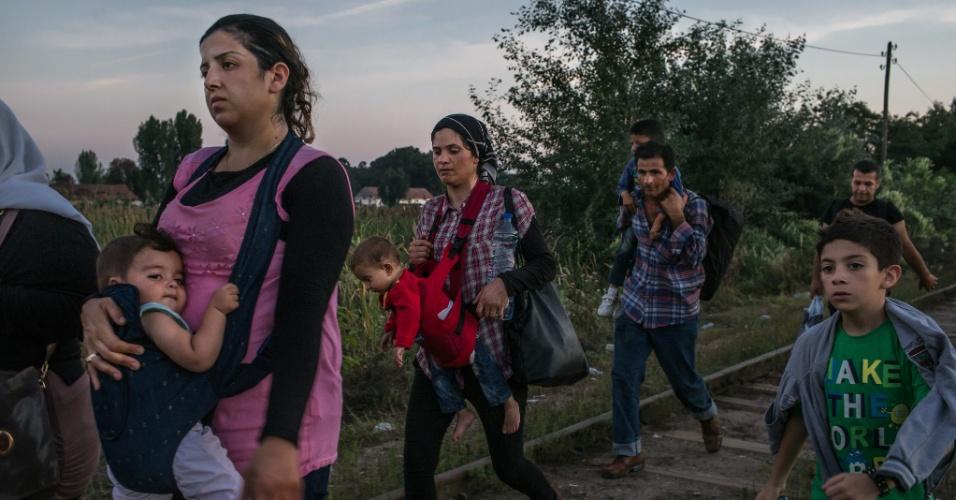 """19.abr.2016 - Refugiados sírios caminham ao longo da linha férrea em direção à fronteira húngara, perto Horgos, Sérvia. Mauricio Lima, Sergey Ponomarev, Tyler Hicks e Daniel Etter do jornal """"The New York Times"""" ganharam o Prêmio Pulitzer com uma série de fotos sobre refugiados na Europa"""
