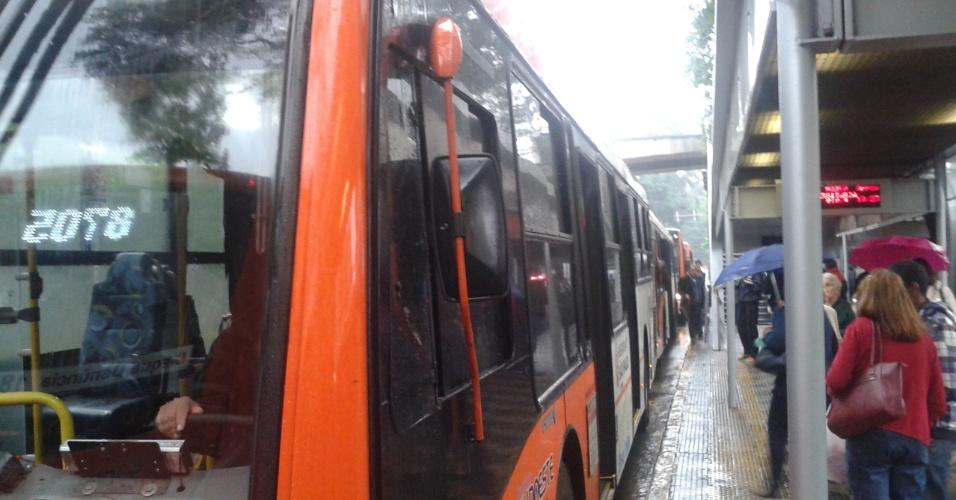 18.mai.2016 - Ônibus são paralisados na avenida Rebouças, em São Paulo. Os motoristas e cobradores de ônibus já começaram a fechar os terminais de ônibus de São Paulo. Segundo as rádios CBN, SulAmérica Trânsito e Bandnews FM, pelo menos 16 dos 28 terminais administrados pela Prefeitura de São Paulo estão parados: Cachoeirinha e Pirituba (zona norte), Lapa e Barra Funda (zona oeste), Bandeira,  Amaral Gurgel, Princesa Isabel e Parque Dom Pedro II (centro), Capelinha, Sacomã, Varginha, Santo Amaro e João Dias (zona sul) e Penha, Artur Alvim e São Mateus (zona leste). Alguns ônibus entram nos terminais, mas estacionam no local