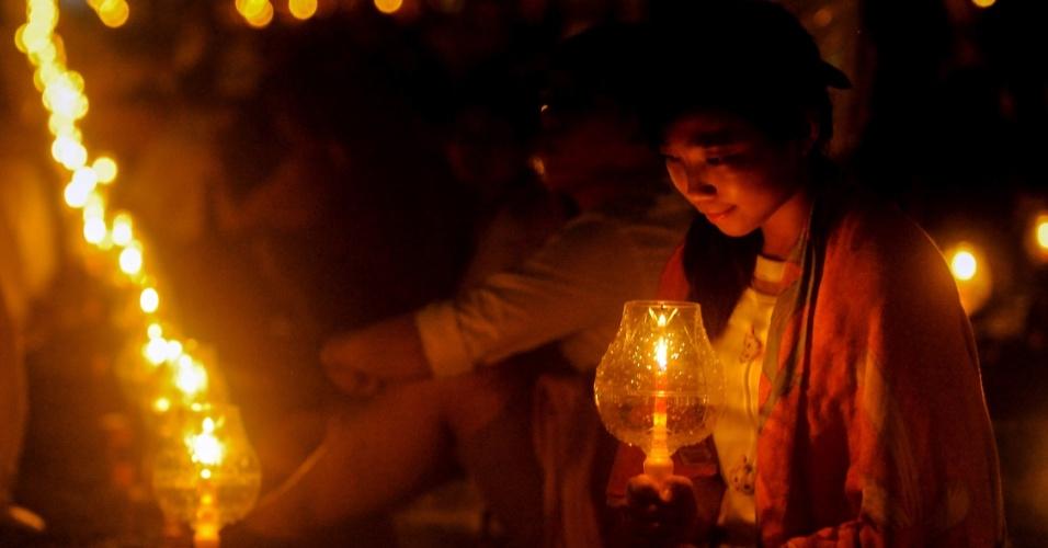 22.mai.2016 - Devota oferece orações durante celebração do dia de Vesak no templo de Borobudur, na Indonésia, nas primeiras horas do dia. Budistas da Indonésia celebram Dia anual de Vesak em homenagem ao nascimento, iluminação e falecimento de Sidarta Gautama, o Buda