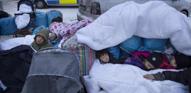 Crianças sírias dormem do lado de fora de órgão sueco de imigração na cidade de Marsta, próximo de Estocolmo, na Suécia