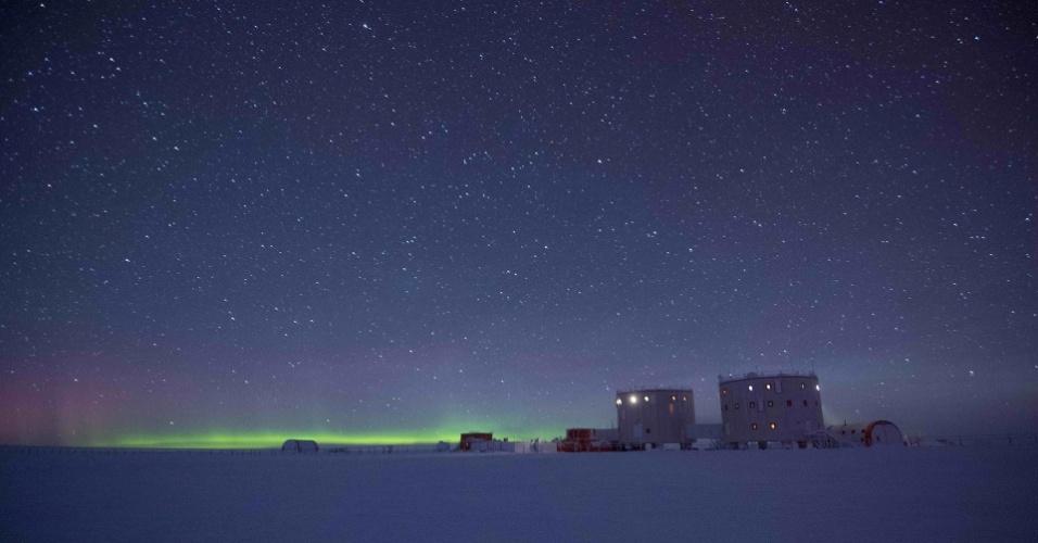 AURORA AUSTRAL NA ANTÁRTIDA - Imagem feita no inverno de 2015 mostra a Base Concordia, na Antártida, sob um céu estrelado e bem próxima a uma aurora boreal. O fenômeno acontece quando as partículas solares eletricamente carregadas entram na atmosfera terrestre. As auroras podem ser vistas nas duas regiões polares do planeta. A melhor época para observá-las é durante o inverno, quando as noites são mais longas