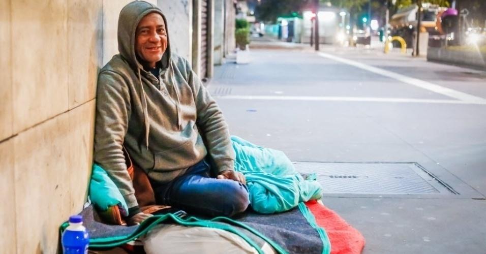 """14.jun.2016 - Francisco Divino da Paz, 55, motorista. """"Nós estamos em situação de rua, mas não moramos aqui. Eu moro aqui na Paulista porque é mais seguro, lá no centro é muito perigoso. Nesses tempos de frio é muito difícil, tem muitos moradores de rua que não tem o conforto que eu tô tendo aqui hoje. Você não dorme, como você dorme na sua casa, porque à noite, tudo pode acontecer. Tem pessoas na rua que não conhecem mais a sociedade, a sociedade é um terror pra ele. Eu tenho objetivos, não vou ficar morando na rua"""""""