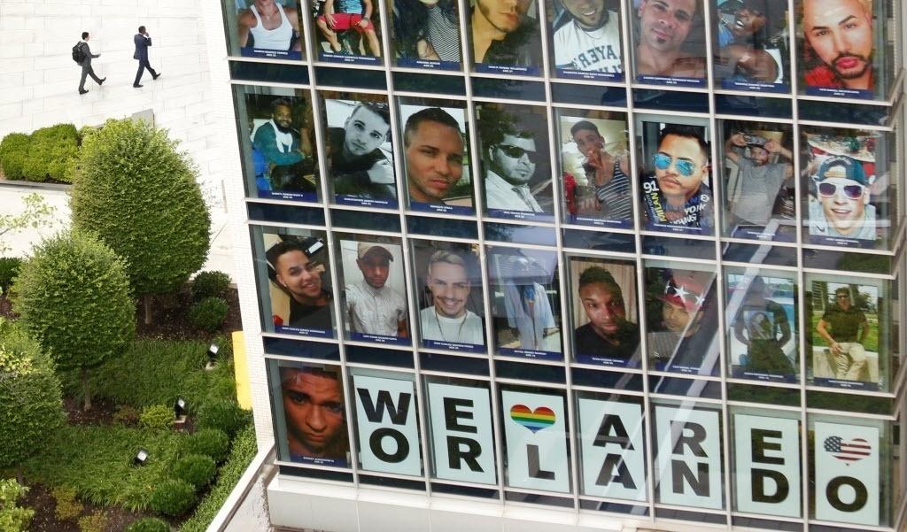 17.jun.2016 - Fotos das 49 vítimas do massacre na boate gay em Orlando preenchem as janelas do prédio onde fica o escritório dos responsáveis pela Campanha de Direitos Humanos, grupo de advogados de direitos civis e de lobby político em defesa dos direitos LGBT, em Washington, nos Estados Unidos