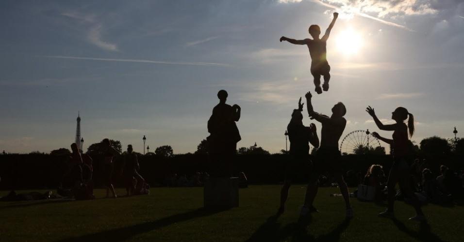 6.jul.2016 - Jovens praticam acrobacias no Jardim das Tulherias, em Paris, na França