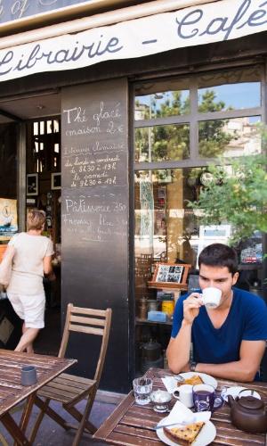 27.jul.2016 - Um homem come em um café de Marselha, na França. Fundada por volta do ano 600 a.C. pelos gregos, é a mais velhas entre as cidades da França