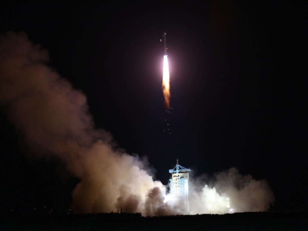 15.ago.2016 - COMUNICAÇÃO ULTRA SEGURA - A China lançou o primeiro satélite quântico do mundo, em Jiuquan. Se os planos derem certo, a inovação poderá criar uma rede global de comunicação à prova de hackers e colocará o país à frente dos concorrentes na era da ciberespionagem. O aparelho pesa certa de 500 kg e a missão deve durar dois anos
