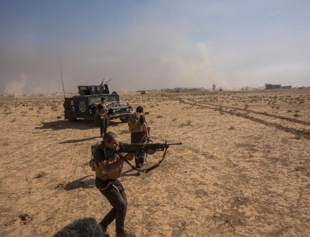Soldados iraquianos disparam contra carro-bomba que tentou atingir seu comboio de veículos enquanto tentavam chegar a Bartella, no Iraque - Bryan Denton/The New York Times