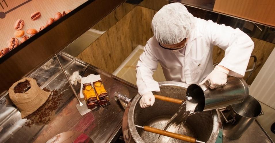 Depois, é adicionada a água.  Esse conteúdo é misturado e aquecido.