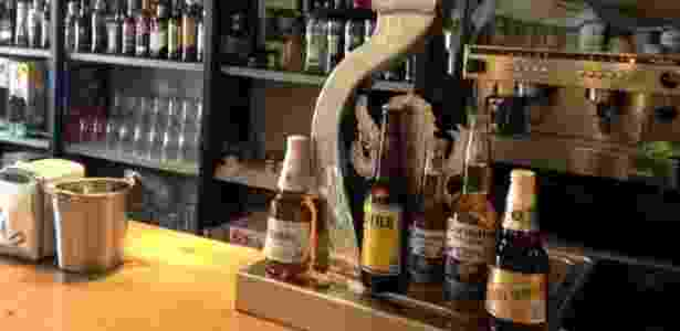 "O vilarejo tem apenas um bar que se chama ""La Cantina"" onde há marcas d grupo Modelo - Junta Vecinal Cerezales del Condado - Junta Vecinal Cerezales del Condado"