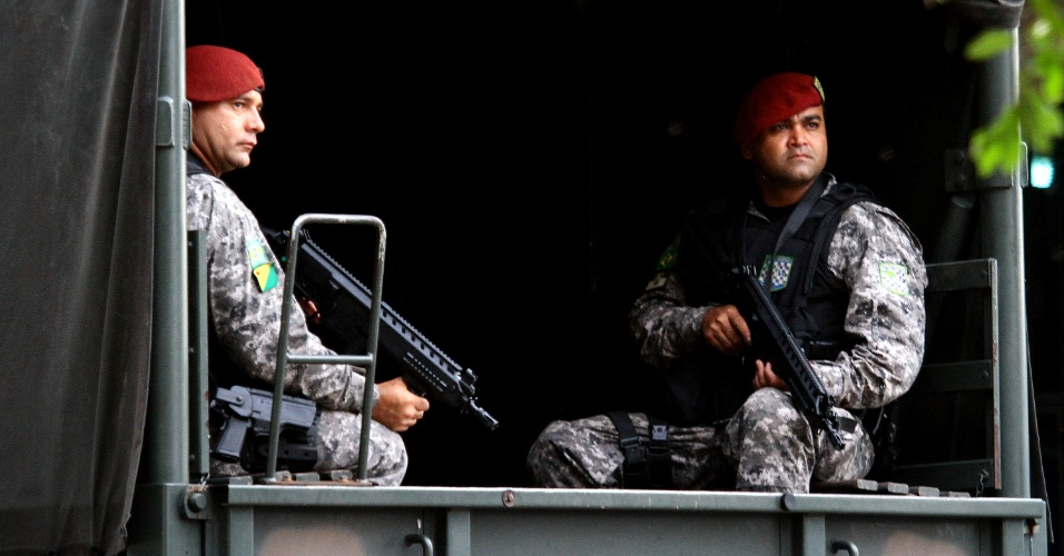 10.jan.2017 - Policiais da Força Nacional desembarcaram nesta terça-feira (10) na Base Aérea de Manaus