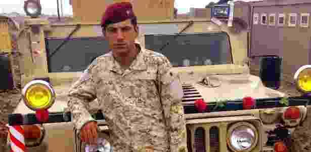 Btoo, fotografado ao lado de um veículo Humvee, era sargento no Exército iraquiano - World of Wonder Productions - World of Wonder Productions
