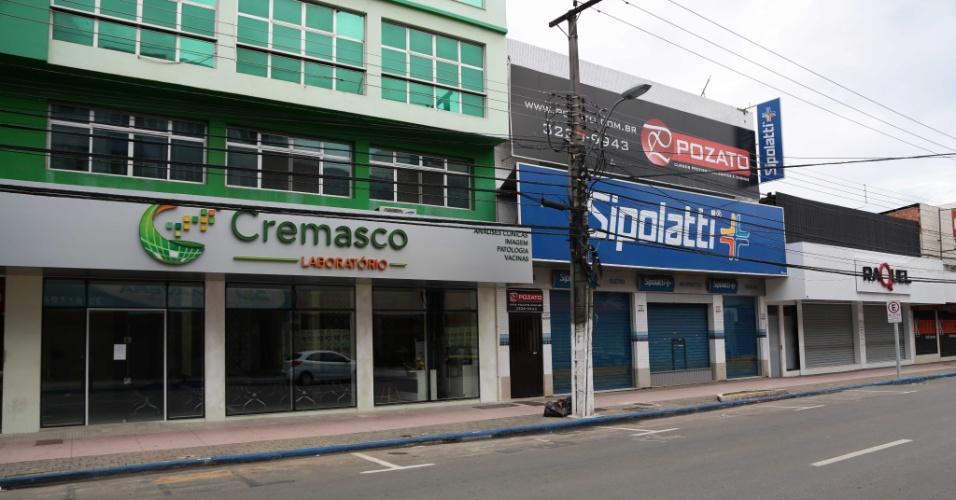 8.fev.2017 - Às 8h da manhã, lojas permanecem fechadas na avenida Expedito Garcia, no município de Cariacica, região metropolitana de Vitória