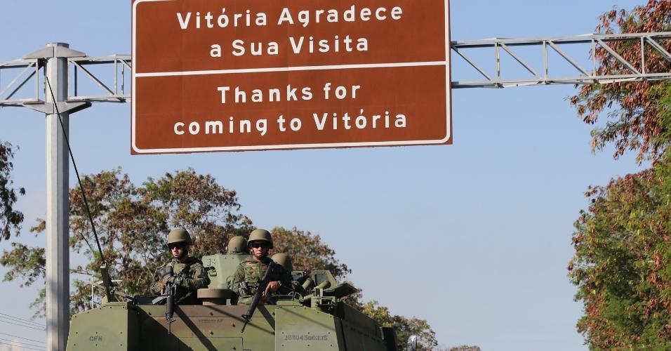 9.fev.2017 - Exército faz patrulhamento pelas ruas de Vitória no quinto dia de paralisação estadual da Polícia Militar