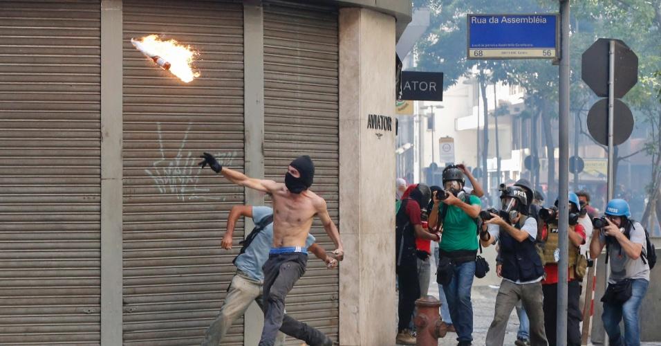 9.fev.2017 - Manifestantes mascarados entraram em confronto com policiais militares em frente ao Palácio Tiradentes, sede da Alerj, no Centro do Rio, na tarde desta quinta-feira. A confusão começou quando os manifestantes lançaram fogos e pedras na direção dos policiais, que estavam na frente do palácio. Os agentes revidam com balas de borracha e gás lacrimogêneo