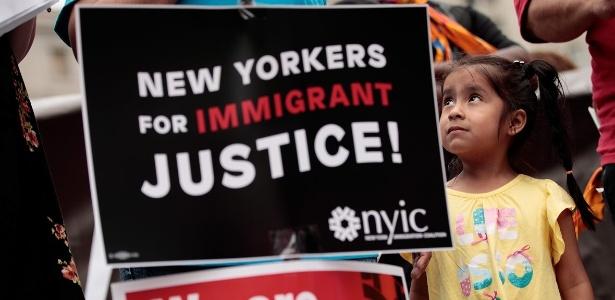Jane Ojendiz, filha da imigrante mexicana Nieves Ojendiz, olha para sua mãe durante protesto por reforma na lei de imigração, em Nova York