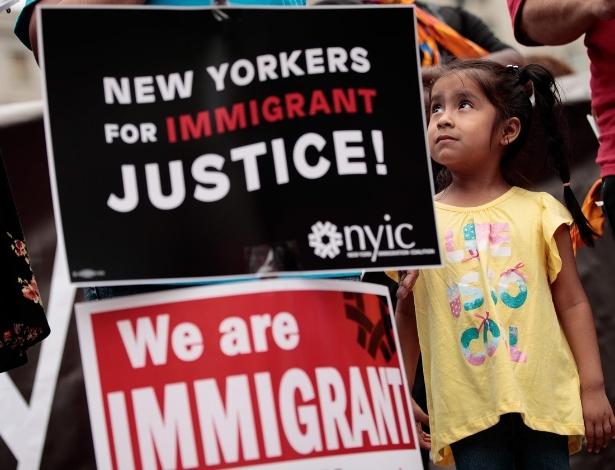 28.jun.2016 - Jane Ojendiz, filha da imigrante mexicana Nieves Ojendiz, olha para sua mãe durante protesto por reforma na lei de imigração, em Nova York