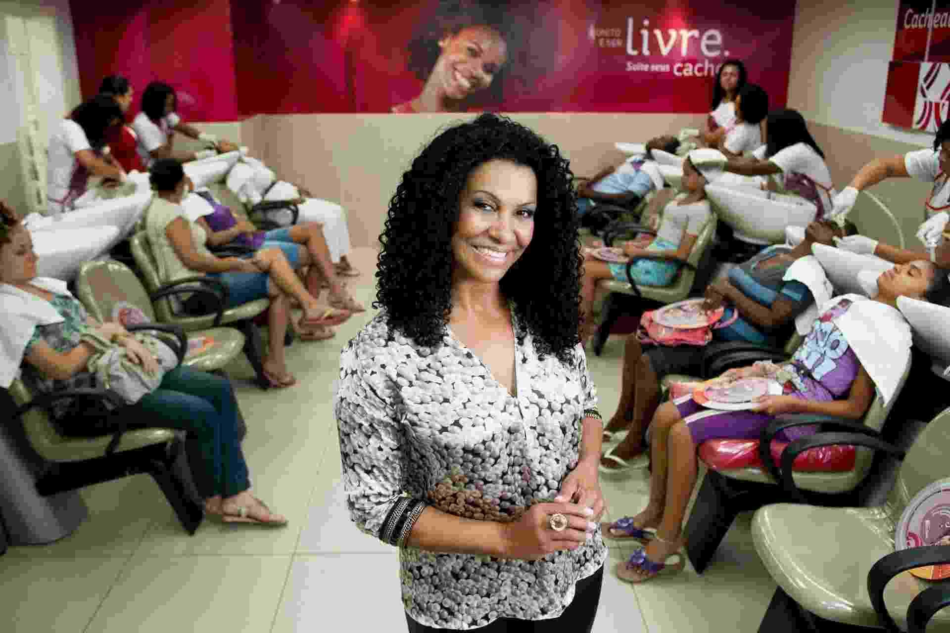 A ex-faxineira Zica Assis, fundadora do Instituto Beleza Natural, rede de salões especializada em cabelos crespos e ondulados - Divulgação
