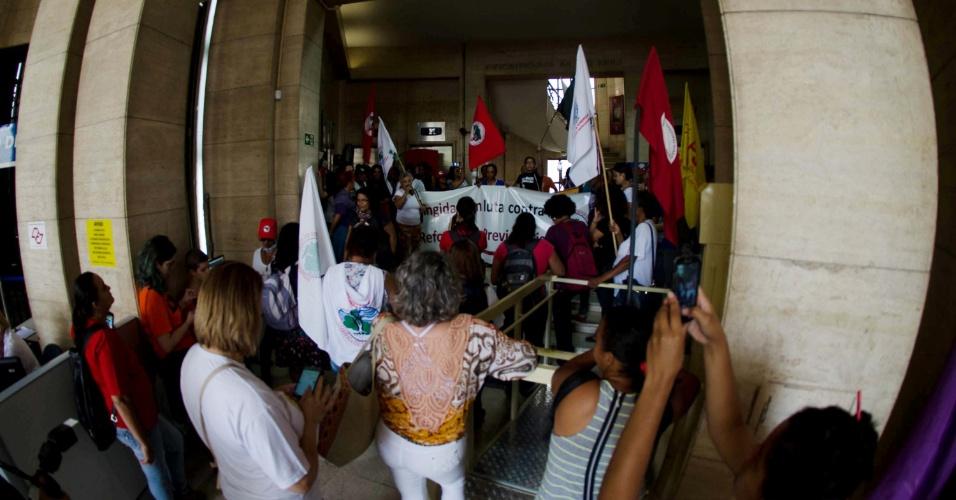 15.mar.2017 - Movimentos sociais ocuparam a sede no INSS no viaduto Santa Ifigênia, no centro de São Paulo, na manhã desta quarta. O ato aconteceu como parte do Dia Nacional de Mobilização contra a reforma da Previdência